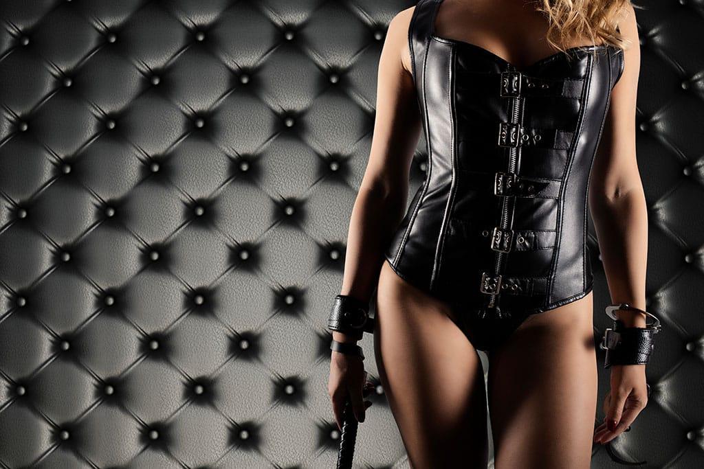 Du kannst dich von unterschiedlichsten Herrinnen zum Sklaven erziehen lassen - alles in einem Herrin Chat!