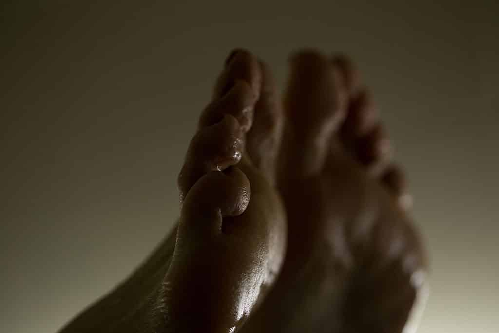 Füße anspritzen, Trampling, Füße lecken, Ballbusting - Nur ein paar der Kategorien in denen man Fußfetisch Videos findet